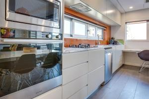 A kitchen or kitchenette at Professional apartment 15 minutes from CBD