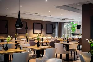 A restaurant or other place to eat at Holiday Inn Express The Hague - Parliament