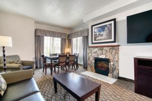 A seating area at Holiday Inn West Yellowstone