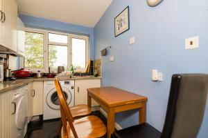 A kitchen or kitchenette at Spacious Bright Forest View Apartment