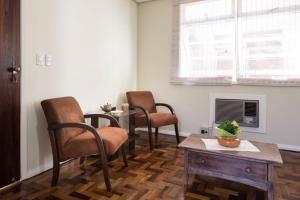 A seating area at Apto 2 Quartos Casal + Sofá Cama até 5 Pessoas - Avenida Carlos Gomes