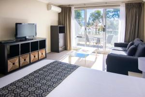 A television and/or entertainment center at Rydges Horizons Snowy Mountains