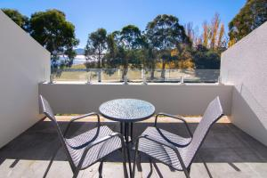 A balcony or terrace at Rydges Horizons Snowy Mountains