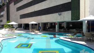The swimming pool at or close to Apart Service 1/4 e sala em Ondina