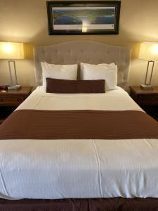 A bed or beds in a room at Lone Oak Lodge
