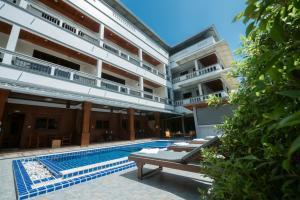 Der Swimmingpool an oder in der Nähe von Coconut Grove Hotel