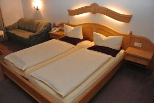 A bed or beds in a room at Hotel Gruberhof