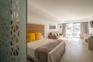 A bed or beds in a room at Oasis Lanz Beach Mate