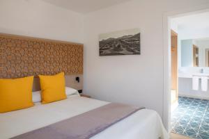 Een bed of bedden in een kamer bij Oasis Lanz Beach Mate