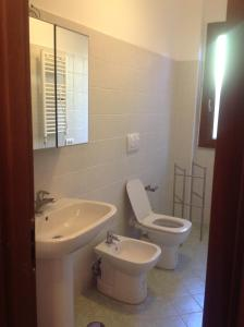 A bathroom at La Perla