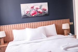 Кровать или кровати в номере Sea Breeze Hotel and Apartments