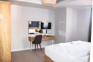 Телевизор и/или развлекательный центр в Sea Breeze Hotel and Apartments