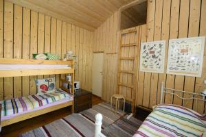 Kerrossänky tai kerrossänkyjä majoituspaikassa Guesthouse Torppa