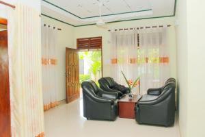 Ein Sitzbereich in der Unterkunft Chinuka villa