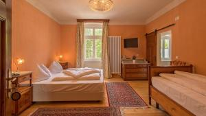 A bed or beds in a room at Hotel Lago di Braies