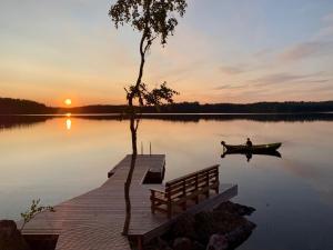 Huvila – auringonlasku tai auringonnousu majoituspaikasta nähtynä