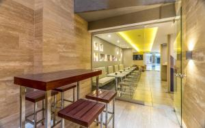 Um restaurante ou outro lugar para comer em Up Recoleta Hotel
