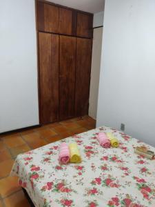 A bed or beds in a room at Lindo apartamento com vista para o mar - Village Ilhota 1