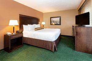 A bed or beds in a room at La Quinta by Wyndham Seattle Downtown