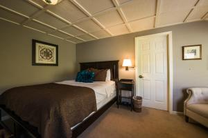 A bed or beds in a room at The Inn Above Oak Creek