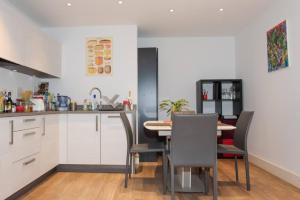 A kitchen or kitchenette at Spacious Modern 1 Bedroom Flat In Islington