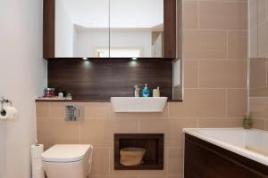 A bathroom at Spacious Modern 1 Bedroom Flat In Islington
