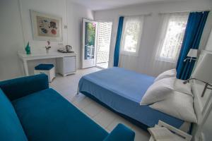 Кровать или кровати в номере Blue & White Hotel