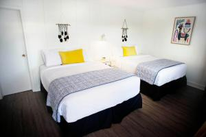 A bed or beds in a room at Motel Bel-Air