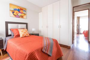 A bed or beds in a room at Simply Comfort - Bright and Spacious Apartment in the Heart of Miraflores