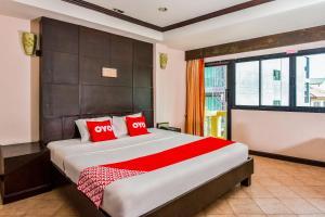 A bed or beds in a room at OYO 447 Royal Express Hua Hin