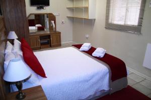 A bed or beds in a room at Kaniklani Guest Apartments