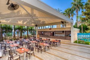 A restaurant or other place to eat at Porto Bello Hotel Resort & Spa