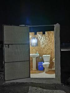 Salle de bains dans l'établissement Desert Wonders Camp