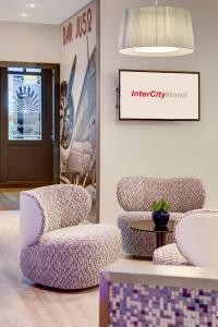 Ein Sitzbereich in der Unterkunft IntercityHotel Frankfurt Airport