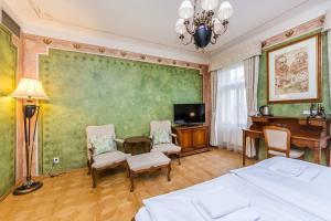 Ein Sitzbereich in der Unterkunft Hotel U Jezulatka