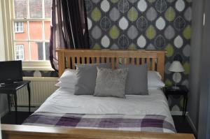 Кровать или кровати в номере Queenshead Inn
