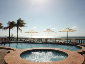 A piscina localizada em Arashi Beachfront Villa ou nos arredores