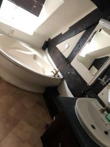 A bathroom at Tudor House Hotel