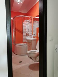 A bathroom at Palas Apartments