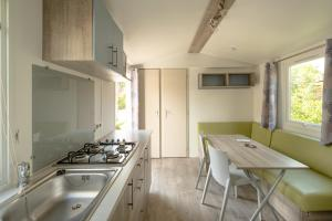 A kitchen or kitchenette at Marino Mobilhomes