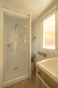 A bathroom at Marino Mobilhomes