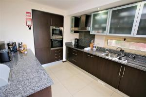 A kitchen or kitchenette at T2 Vale de Pinta Golf