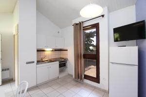 A kitchen or kitchenette at Paese di Lava, Grand Ajaccio