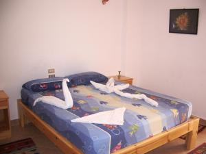 سرير أو أسرّة في غرفة في فندق نجمة دهب