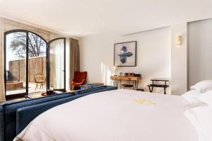 A bed or beds in a room at Gordonia Private Hotel