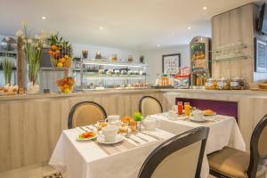 Ein Restaurant oder anderes Speiselokal in der Unterkunft La Bastide de l'Oliveraie
