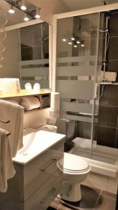 A bathroom at Les Gourmets - Chalet Hotel