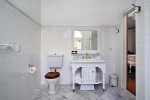 A bathroom at Victoria's At Ewingsdale