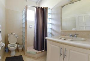 A bathroom at Best E Villas Providence