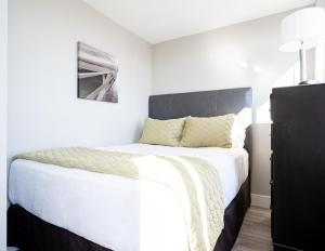 A bed or beds in a room at NY Medical and Business 30 Day Rentals